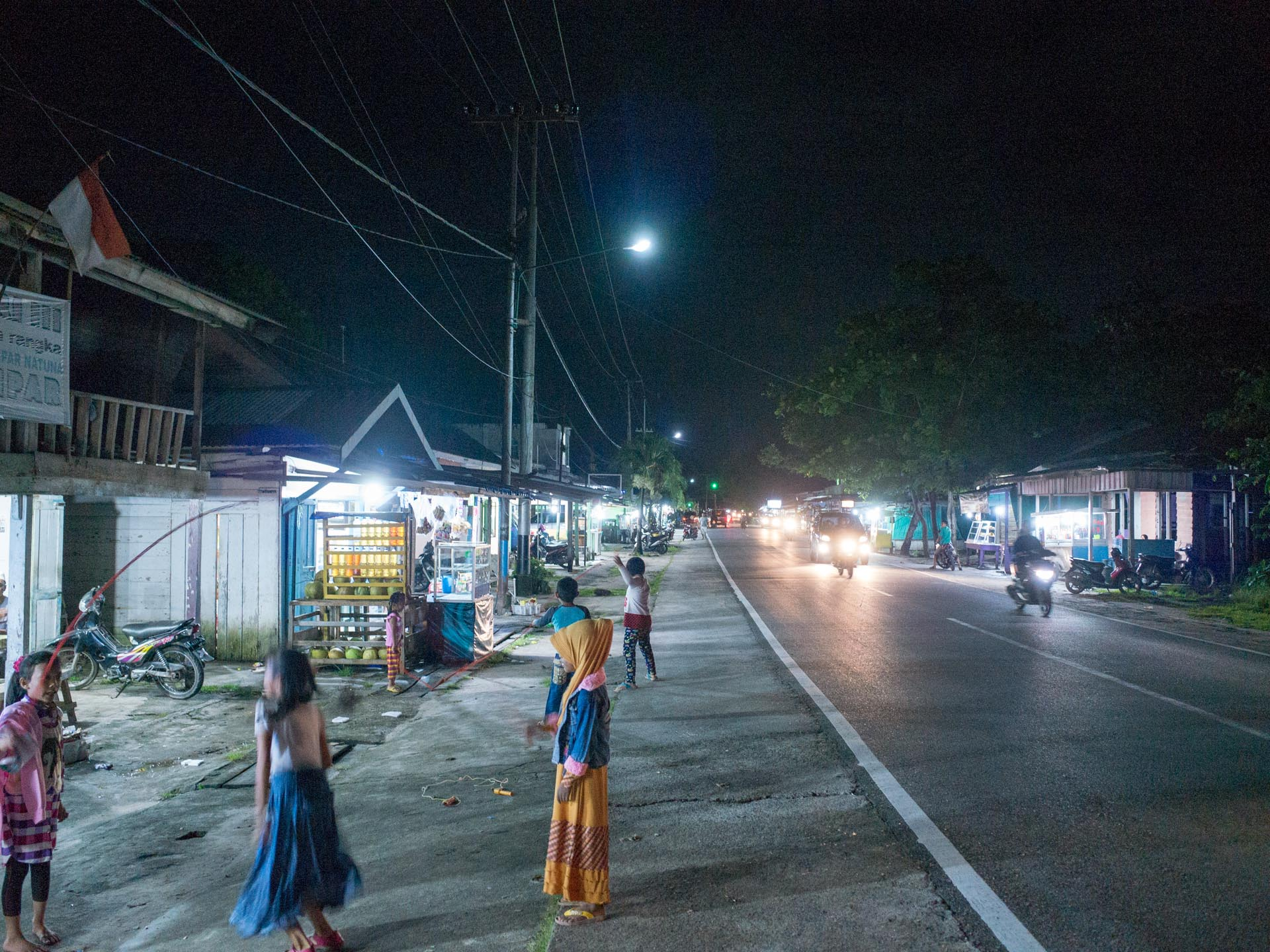 (リアウ諸島)ナトゥナ島夜の商店街
