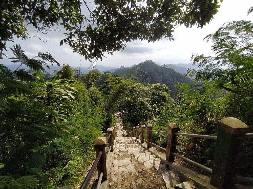 Suroloyo峰周辺の眺め
