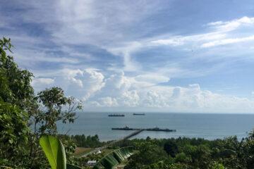北カリマンタン、塹壕のある丘から港を見下ろす