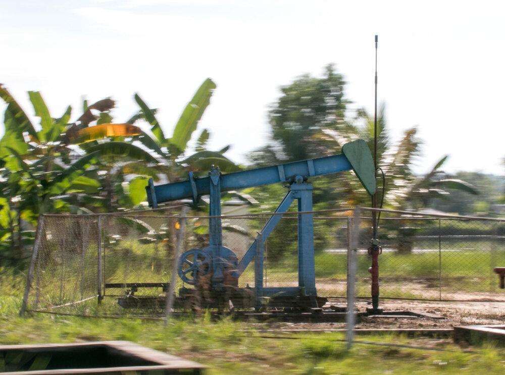 北カリマンタン、道路沿いの石油採掘設備