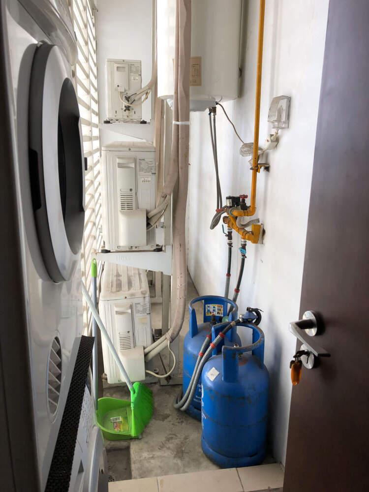 ガスボンベは外に。手前が洗濯機、乾燥機