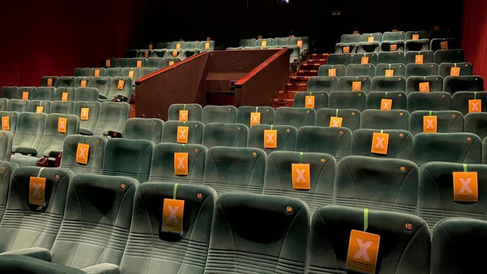 定員の50%に制限された映画館の座席