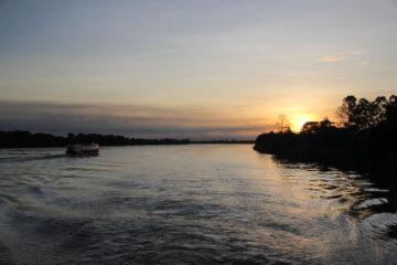 マハカム川の朝