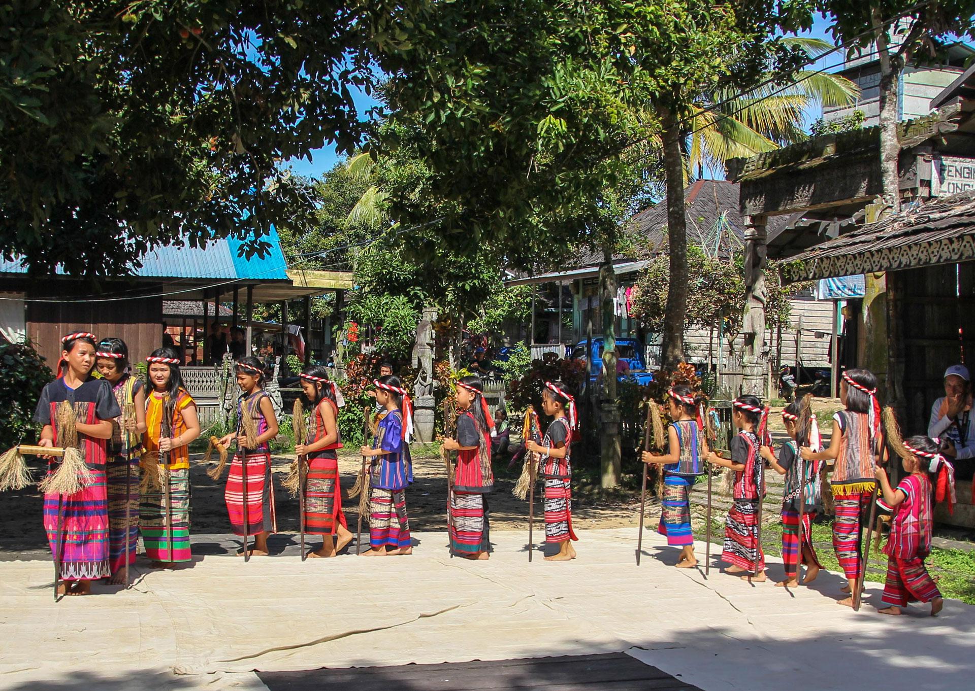 タンジュンイスイ村での踊り