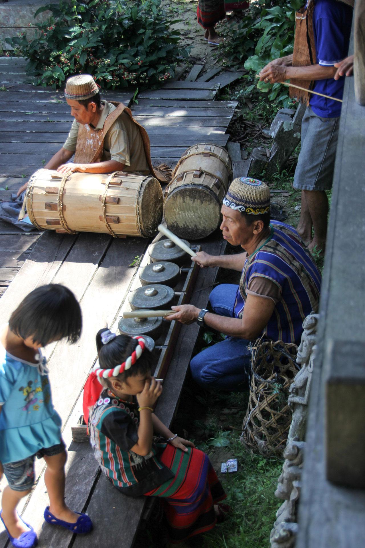 タンジュン・イスイ村での楽器の演奏