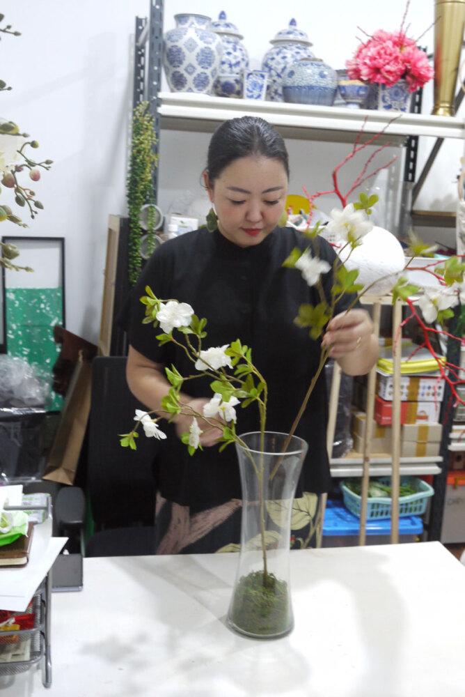 花のアレンジメントをするクリントフェルトつかささん