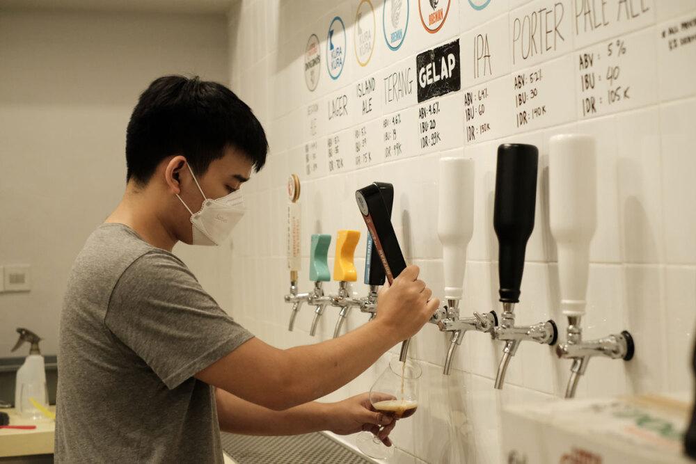 ビールのタップ。アルコール度数などが書かれている